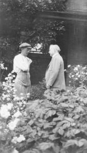 Darwin_D_Martin_and_houseman_Reuben_Polder_in_Martin_House_garden