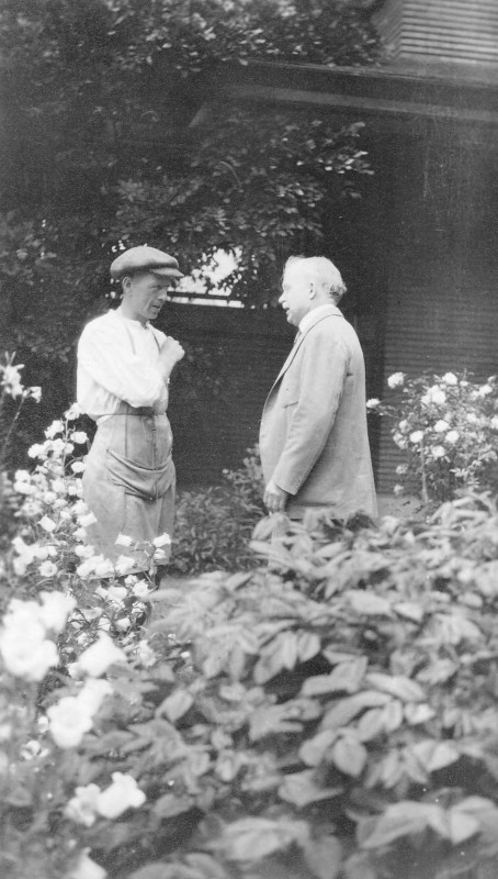 Darwin_D_Martin_and_houseman_Reuben_Polder_in_Martin_House_garden
