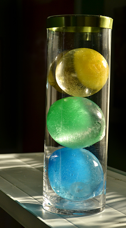 Cool table decoration: colorful frozen spheres
